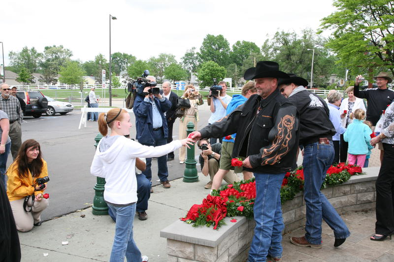 20090503 Owner Mark Allen and trainer Chip Woolley Jr. Give Away Roses from Garland of Roses